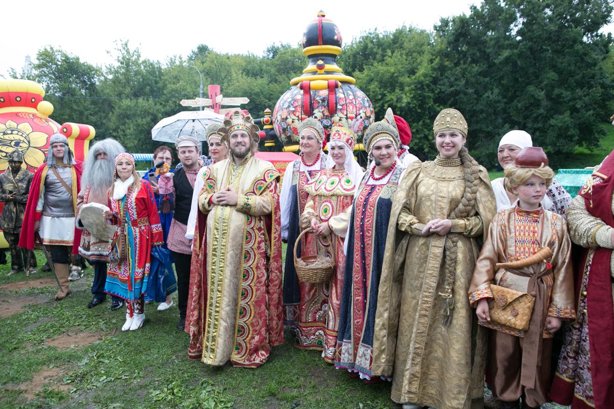 Сказки и герои прошлого: москвичи выбрали программу фестиваля «Русское поле»